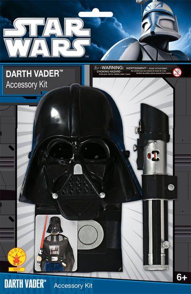 """Lasten Darth Vader Setti  Lisensoitu Star Wars lasten Darth Vader setti standardikokoisena. Valomiekassa teleskooppi ominaisuudella ulos tuleva """"laser"""". Valo-ominaisuus toimii kahdella AA paristolla (eivät sisälly pakettiin). #naamiaismaailma"""