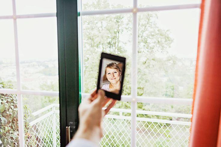 Nevěsta smějící se v tzv. Holíkově zrcátku :) www.mafoto.cz © Martin Holik #wedding #svatba #nevesta #bride