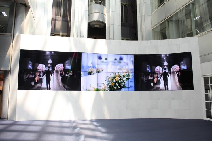 330인치의 초대형 미디어 월은 서울 컨벤션이 최근 리뉴얼을 통해 특별히 마련한 서비스입니다. 신랑, 신부가 정성들여 준비한 뜻깊은 사진들과 영상자료를 보다 입체적으로 전달할 수 있으며, 결혼 예식의 현장 생중계도 가능합니다. www.seoul-convention.com