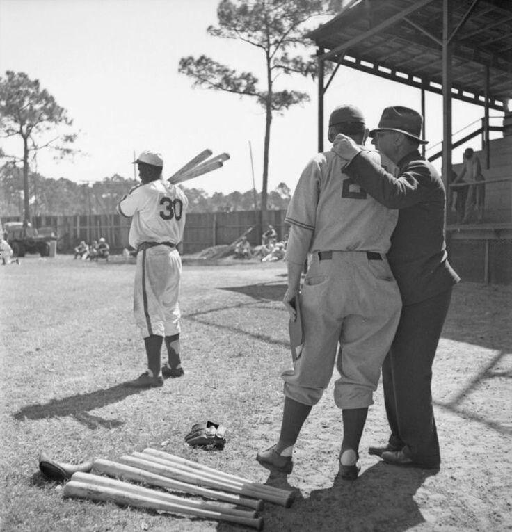 Ici Jackie Robinson #30, au camps d'entraînement de Floride en 1946. À Montreal le stade de baseball des Royaux était le stade De Lorimier sis à l'angle de la rue Ontario Est, là où se trouve maintenant l'école secondaire Pierre-Dupuy.