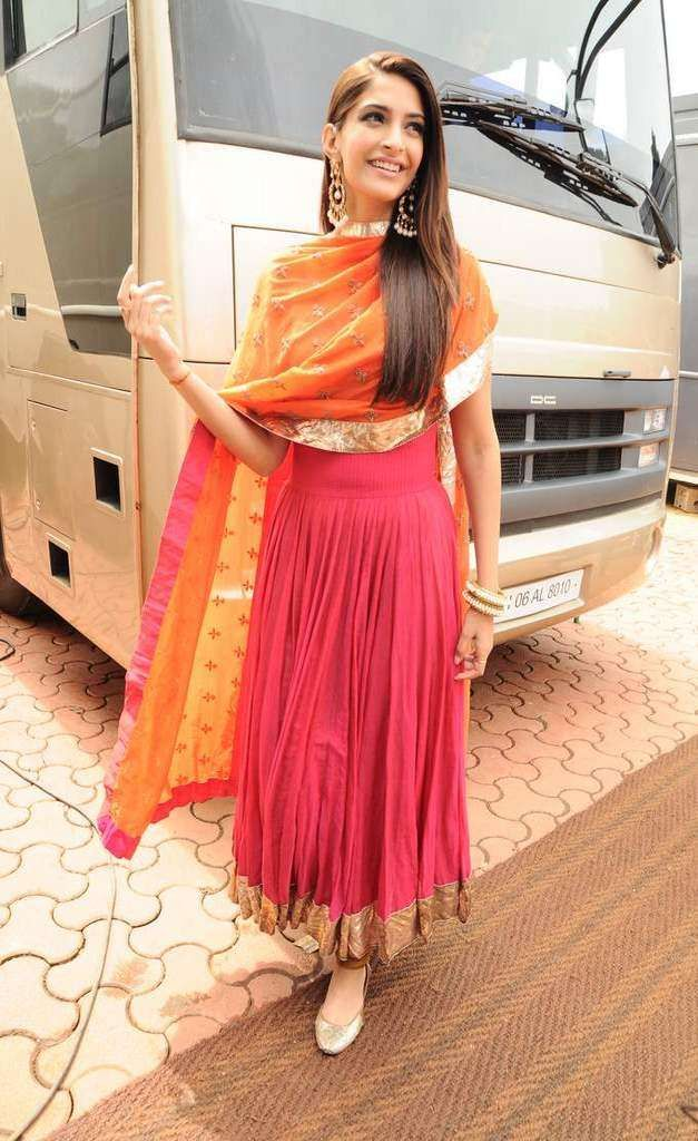 "Sonam Kapoor in Anamika Khanna for ""India's Got Talent"""