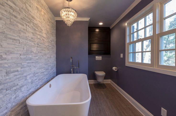 Серый искусственный камень на стене в ванной
