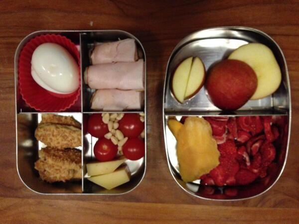 Gedroogde aardbeien en mango, appel, kip, ei, tomaatjes, pijnboompitjes en kaas