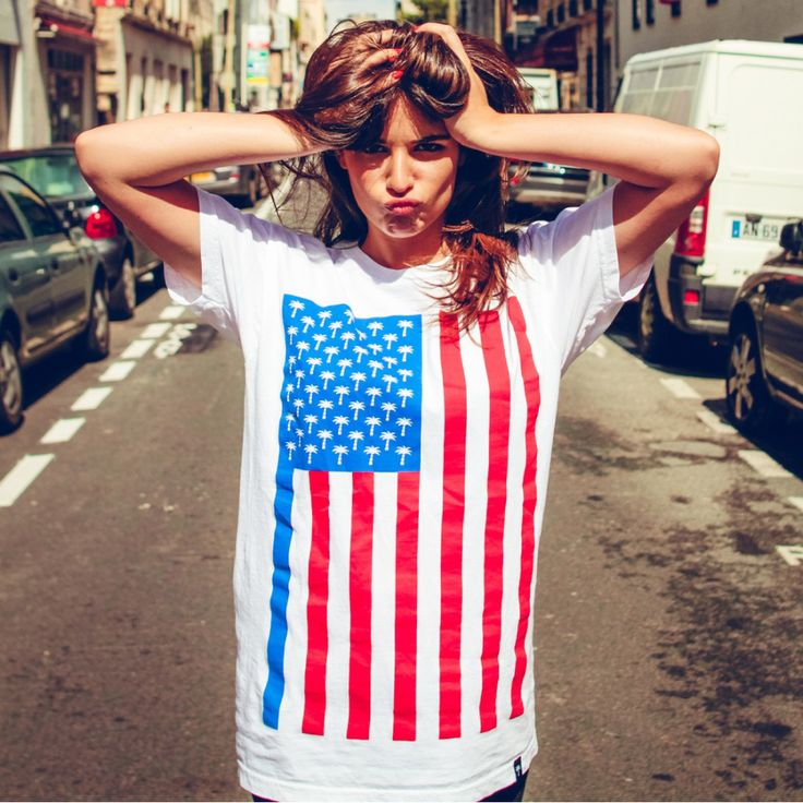 [TOTD] Flagshirt by Californie Française Comme on s'y attendait, la plus californienne des marques françaises commence à élargir son horizon. Après avoir imposé son superbe logo à travers une quinzaine de déclinaisons, Californie Française nous dévoile sa première création « graphique » : le Flasgshirt Concept. Photos, détails et infos dans la suite de notre billet… http://www.grafitee.fr/tee-shirt/flagshirt-californie-francaise/ #CalifornieFrancaise #Tshirt #France #fashion #trends