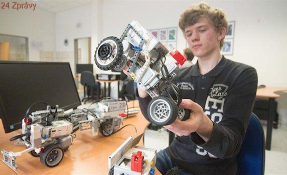 VIDEO: Gymnazisté tvoří roboty, kteří najdou plyšáky i projedou dráhu