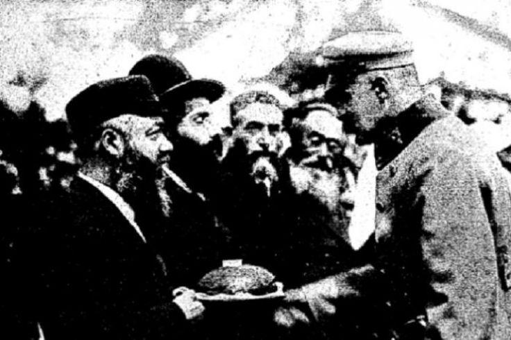 Marszałek Józef Piłsudski przyjmujący delegację żydowską - wikipedia.org