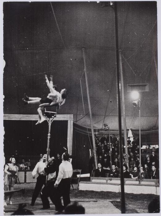 ROBERT CAPA   Acróbatas durante un espectáculo de circo, París