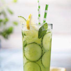 Il cetriolo è anche un alleato per la bellezza, data la sua azione rinfrescante e decongestionante. Quando fa molto caldo puoi preparare un