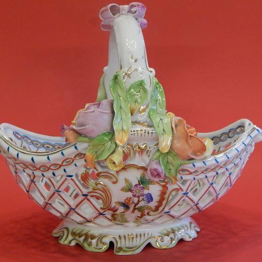 1964-ben készült, rendkívül dekoratív asztalközép Herendi Viktória mintás Juliska kosár. Néhány virág és levél szakszerűen restaurálva, fogóján és felső perem részén arany kopás látható. Méret: 24 cm magas, 17 cm x 23 cm felső, 15,5 cm x 14 cm talprésze.