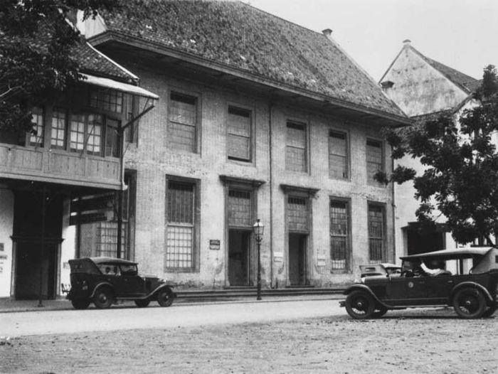 Batavia - Toko Merah (Hoofd Kantoor van den Berg) - 1730 in old Jakarta. I'm so glad to get this original photo of this red building, it is now being revitalized and proudly open for public. Come and visit.