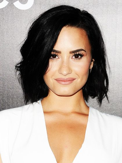 Cool, cooler Demi Lovato. Die Sängerin hat ihren rabenschwarzen Long Bob im Undone-Look gestylt. We like!