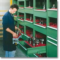 Fami Storage Systems: scaffale industriale serie F SR, dotato di cassetti con portata fino a 150 kg, con serratura.