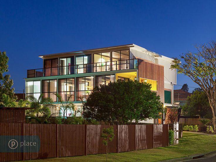 Cette maison design a la particularité d'être construite uniquement avec desconteneurs, elle en comptabilise 31 au total. C'est le constructeurTodd Miller de Zeigler construction qui est à l'origine de ce projet original. Située non loin de Brisbane en Australie, la maison s'étale sur 550 mètres carrés, elle bénéficie de 4 chambres et de 4 salles de bain. Comme quoi, tous les matériaux sont exploitables pour construire sa maison…
