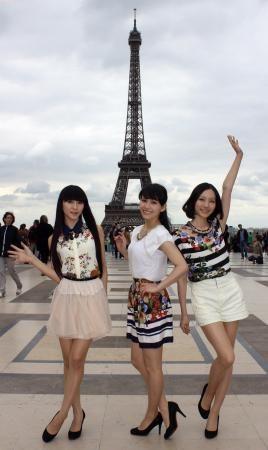 ツアーの合間にエッフェル塔を訪れたPerfumeの(左から)かしゆか(樫野有香)、あ~ちゃん(西脇綾香)、のっち(大本彩乃)