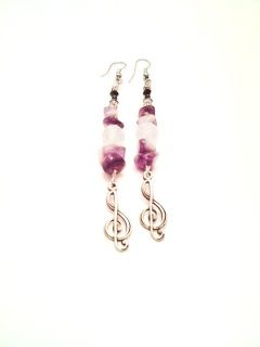 Μεταλλικό κλειδί του σολ με αμέθυστο, φεγγαρόπετρες και κρύσταλλα.Μetalic clef with amethyst, moonstones and crystals. (long earrings)
