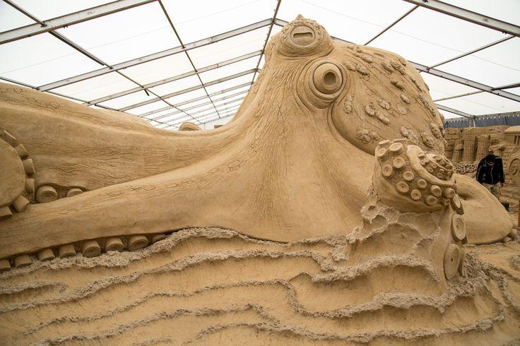 """Tauchen Sie ab in eine einzigartige #Unterwasserwelt aus #Sand: Vom 08. April bis zum 05. November 2017 können Besucher täglich von 10.00 – 18.00 Uhr eine faszinierende #Kunst bestaunen. Das Sandskulpturen-Festival-Usedom der MUSEA GmbH befindet sich auf dem Grenzparkplatz, in den weißen Zelten direkt neben der UBB-Haltestelle """"Ahlbeck Grenze"""", zwischen dem deutschen #Ostseebad #Ahlbeck und der polnischen Stadt #Swinemünde.   ##Usedom #Ausstellung #Mythos #Meer #R"""