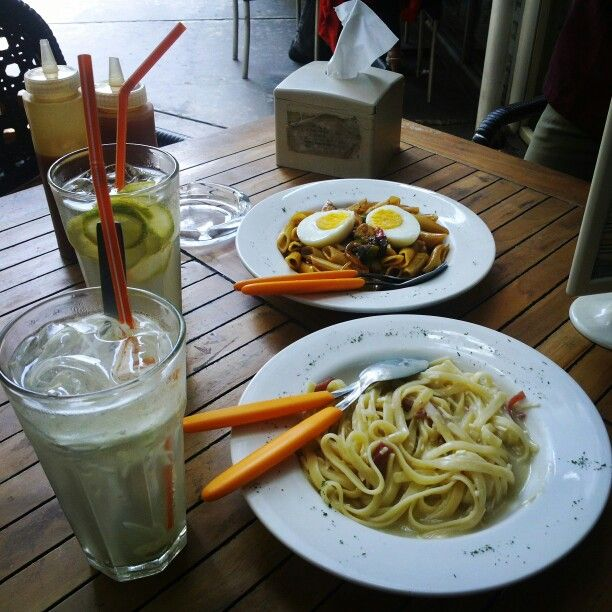 Having Lunch with delicious Snowy Chip and Chicky Licky Pasta, and with Lime and Manggo Squash