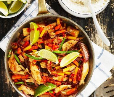 Sweet chiliwokade grönsaker med quorn är ett smakrikt och mättande recept med mycket kort tillagningstid. Gör en härlig röra av quorn, grönsaker samt söt chilisås och servera med ris och pressad lime för lite extra syrlighet.