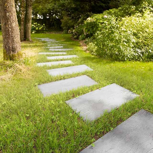 Ce pas japonais vous offre un bel aspect bois. Sa forme est idéale pour vous frayer un chemin à travers votre jardin. Sa large surface de marche vous garantit une stabilité à toute épreuve et une touche déco atypique dans vos espaces extérieurs.