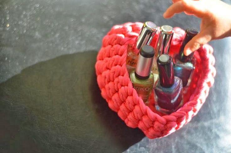 Une jolie petite corbeille cœur au crochet en fil Zpagetti, très facile à réaliser, pour ranger toutes vos petites babioles de fille !!!