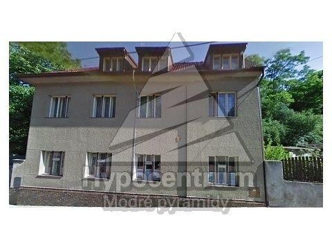 Rodinný dům 297 m² k prodeji Bohnická, Praha 8 - Bohnice; 6179000 Kč, patrový, samostatný, cihlová stavba, dobrý. Je tam jak na dědině .