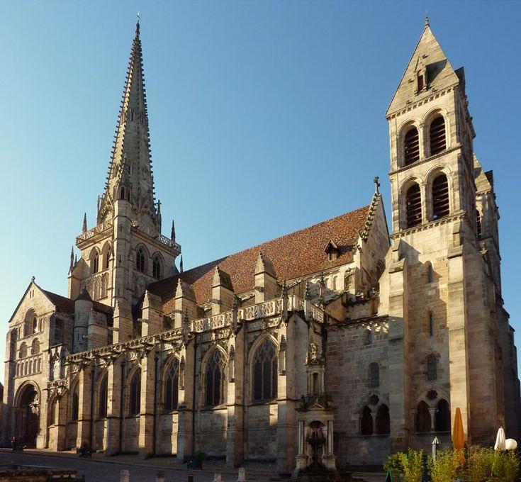 La cathédrale Saint-Lazare d'Autun a été bâtie principalement à la fin du 12°s. Sa nef est couverte par un berceau brisé, ultime expérimentation du roman avant l'avenement du style gothique. Les murs de la nef reprennent certains motifs décoratifs des remarquables monuments romains encore présents dans cette ville. Comme les grandes églises de cette région, la cathédrale dispose d'un narthex. La fléche est plus tardive et date du 15°s