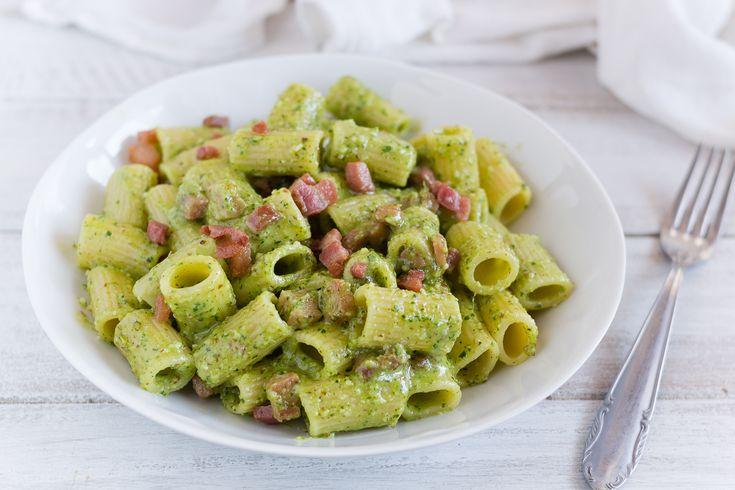 Pasta+al+pesto+caldo+di+prezzemolo+e+pancetta