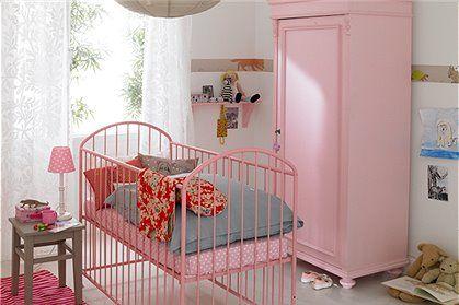 Kleiderschrank 1 türig, abschließbar aus massiver Kiefer mit 4 Einlegeböden und einer Kleiderstange, wählen Sie zwischen weißer oder rosa gestrichener Oberfläche.