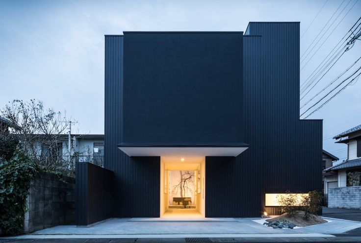 Cette habitation aux formes géométriques, conçue par FORM/Kouichi Kimura Architects, abrite une galerie d'art et une maison familiale. Les architectes ont dessiné une circulation particulière pour faire vivre et communiquer ces deux univers. Le passage au centre de la maison sert d'ouverture sur la galerie d'art mais aussi d'accès aux zones privées. L'extérieur est monolithique, l'intérieur est minimaliste et épuré dans la tradition japonaise.