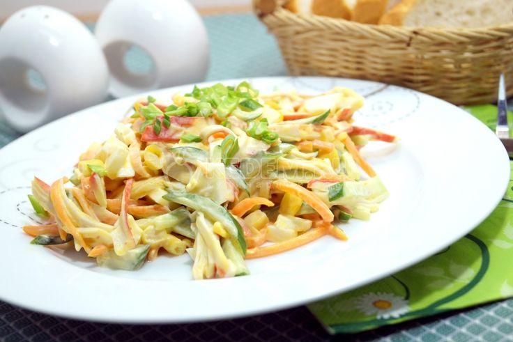Вкусный и быстрый салат из раздела «Гости на пороге» всегда в вашей копилке рецептов. Салат с крабовыми палочками «Палочка-выручалочка» должен быть в арсенале каждой хозяйки.