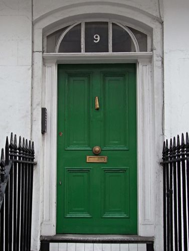 I find it highly doubtful I will ever have a green front door but I do admire this bold color choice.