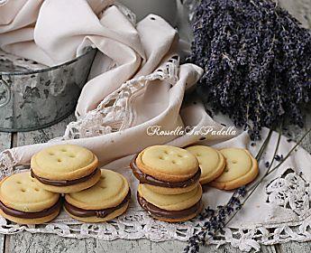 Biscotti di frolla farciti alla nutella, frolla friabile e forma a bottone