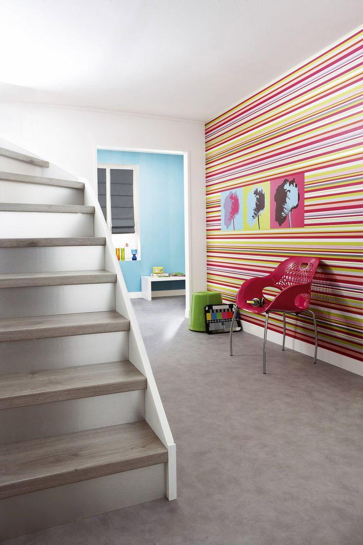 Astuces pour la décoration de votre couloir. - Décorer un couloir d'entrée avec escalier en créant un contraste fort. - Saint Maclou Magazine