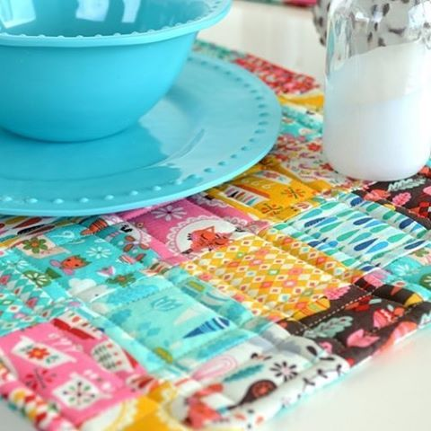 It's time for some Vintage Kitchen LOVE as we help kick off Andrea Muller of @jolijou blog tour! Find out how to make these Easy-Peasy Patchwork Placemats and get the details on what promises to be a fabulous fabric tour ~ Please visit our blog for all the details! Happy Monday everyone ❤️ #rileyblakedesigns #iloverileyblake #placemat #fabric #sew #sewing #kitchen #vintagekitchen