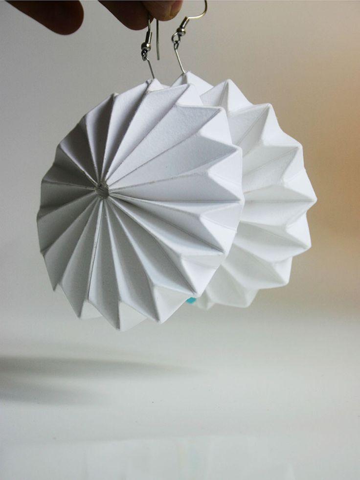 paper BIJOUx - náušnice Earrings 03 Papírové ozdobičky z nové kolekce Lampshado Bijou mají svoje kouzlo! - jsou prostě jednodenní...a můžete být originální každý den! Earrings 03 Papírové origami náušnice z nové kolekce paper BIJOUx. bílý papír 220g/m2, lehce odolné vůči vlhkosti ? 7,5cm Skládáme na zakázku, proto máme dobu dodání 3-5dní.