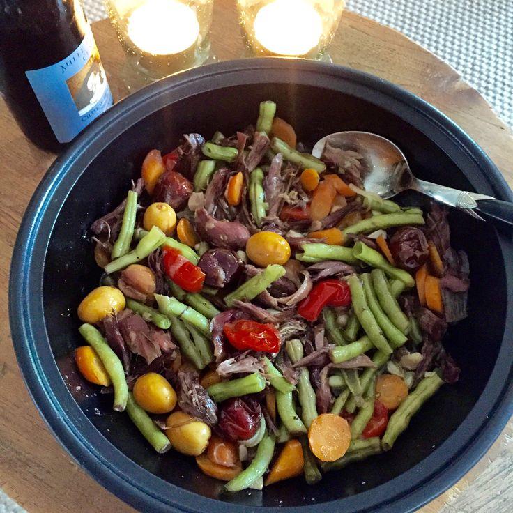 Een perfect recept om van te voren klaar te zetten en om je koelkast leeg te maken. Je doet alles in een tajine of ovenvaste braadpan, zet het in de oven en je kunt zo aan tafel! Een gezond, snel, makkelijk en erg lekker gerecht!  4 personen  600 g groenten naar keuze: wortel, boontjes, broccoli, cherrytomaatjes, courgette.