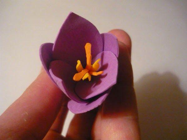 Первые весенние цветы крокусы.Сделаем крокусы из фоамирана. Для этого нам понадобятся:   фоамиран;  ножницы;  молд лепестка (можно розы); ...
