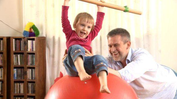 bawiące się z ojcem dziecko