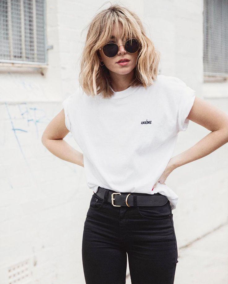 Camiseta branca presa por dentro da Calça preta de cintura alta