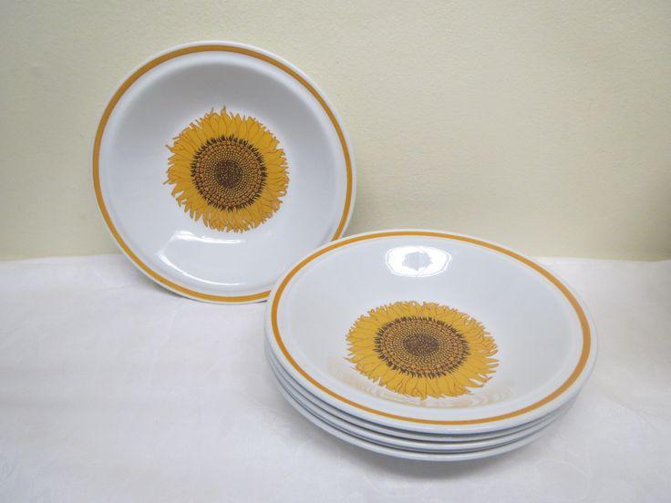 Ihanat norjalaiset auringonkukkakuvioiset syvät lautaset, 6 kpl.  Valmistaja Stavangerflint.  Ehjät ja hyväkuntoiset, vähäisiä käytön jälkiä näkyy.  Halkaisija 20 cm.  MYYTY.
