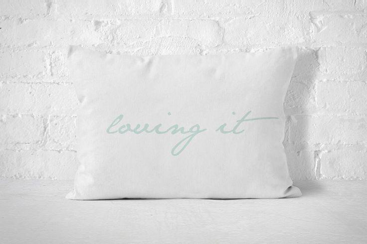 Biała poszewka 50x60 z miętowym napisem