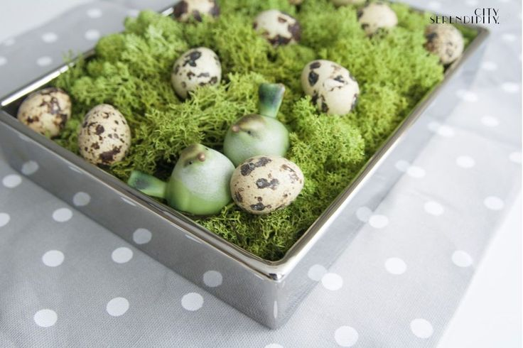 Easter decorations with quail eggs and moss http://cityserendipity.pl/lifestyle/wielkanocne-dekoracje-jaja-piora-i-mech/