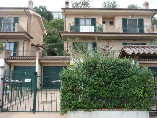 Villetta a schiera con doppio giardino e vista mare