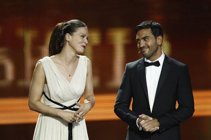 M'Barek ist Österreicher, sein Vater stammt aus Tunesien. Die US-Botschaft in Berlin hat sich inzwischen bei dem Schauspieler entschuldigt - und damit auf Facebook erst recht eine Debatte losgetreten. Hier ist M'Barek mit Kollegin Jessica Schwarz bei der Lola-Preisverleihung 2012 in Berlin zu sehen.