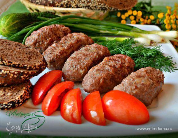 Чевапчичи, черногорские мясные колбаски. Ингредиенты: лук репчатый, паприка , соль