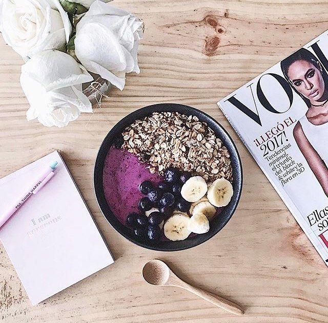 Morning Vibes  by the amazing @natyarbelaezs | Receta: 1/2 taza de frutos rojos congelados 1/2 banano 1 chorrito de agua de coco 2 cdas de yogurt griego natural sin azúcar 1 cdita de stevia 1 cda de colágeno hidrolizado & como toppings granola casera arándanos y la mitad restante del banano!!! ENJOY!  #toystyle #healthy #lifestyle #eathealthy #fruit