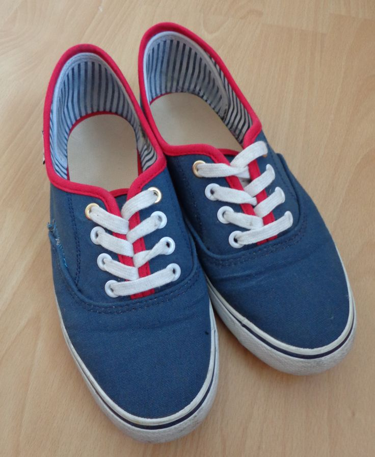Rote stoffturnschuhe