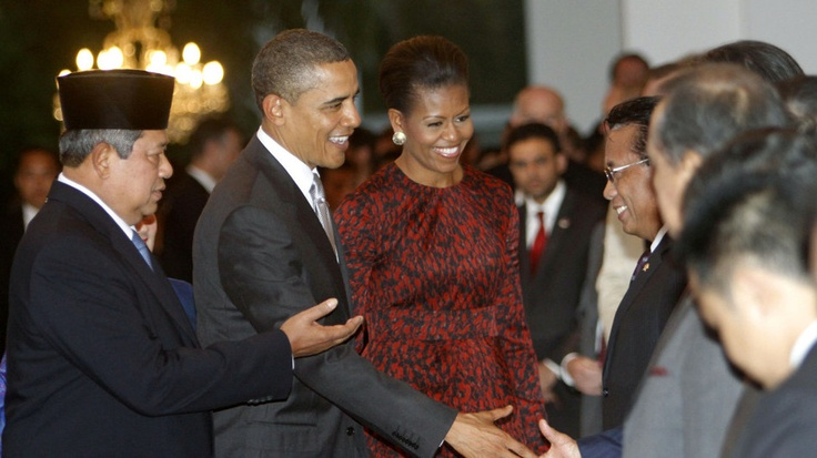 Indonesian President Susilo Bambang Yudhoyono, left, introduces members of his cabinet to U.S. President Barack Obama, center, and first lady Michelle at Merdeka Palace in Jakarta, Indonesia