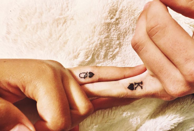 Queen and King of Hearts black finger tattoos. #couplestattoo #matchingtattoos #boyfriend #girlfriend #tattoos