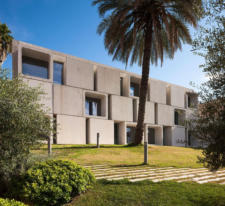 Built by Francisco López ,Gudula Rudolf in Guadalcázar, Spain with date 2012. Images by Fernando Alda . The library, located opposite the Town Hall, was designed as a compact, concrete block, seven metres high, resting on...